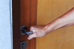 Captura da mão o botão de porta a abrir imagens de stock royalty free