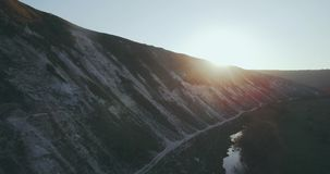 Captura da paisagem da montanha aérea com uma opinião de surpresa do zangão video estoque