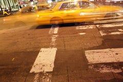 Captura de la noche de un taxi en New York City Imagen de archivo