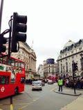 Captura de la vivacidad de Londres en la calle de Oxford Imagen de archivo