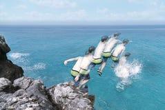 Captura de movimiento de un hombre joven que salta en el océano Fotografía de archivo