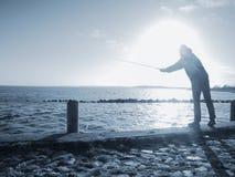 Captura de pescados de trabajo del pescador que espera para imagenes de archivo