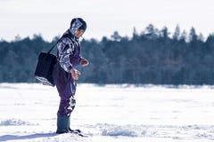 Captura del pescador en la pesca del invierno imagen de archivo libre de regalías