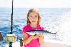 Captura feliz del niño de la muchacha de la pesca del atún del bonito de los pescados rubios del sarda Imágenes de archivo libres de regalías
