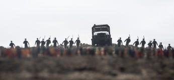 Capturado pelo conceito inimigo Silhuetas e multidão militares no fundo do céu da névoa da guerra Soldados da guerra mundial e ve imagem de stock