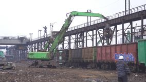 Capturador de la grúa que carga reciclando el acero, reciclando, metrajes