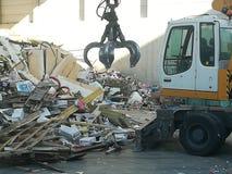 Capturador de la máquina en la planta de reciclaje imagen de archivo