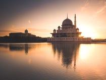 Capturando el momento como el sol suba detrás de la mezquita Imagen de archivo