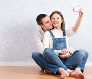 Capturando momentos felizes junto Pares loving novos felizes que fazem o selfie Fotografia de Stock Royalty Free