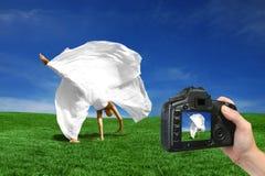 Capturando uma noiva feliz na câmera Fotografia de Stock