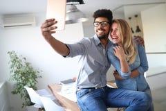 Capturant l'amusement et le bonheur sur l'appareil-photo de comprimé à la maison Image libre de droits