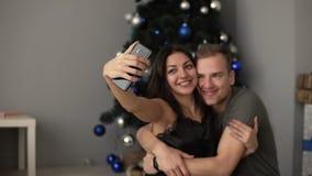 Capturant un moment heureux, ayant l'amusement ensemble Beaux jeunes couples affectueux collant entre eux et moment de sourire clips vidéos