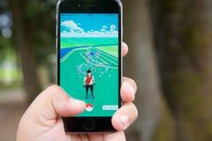 Capturar um Pokemon ao jogar Pokemon vai Imagem de Stock