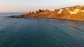 Capture de bourdon de belle plage rocheuse au coucher du soleil dans Pomos, Chypre banque de vidéos
