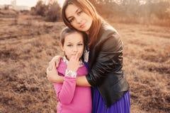 Capture de mode de vie de la fille heureuse de mère et de préadolescent ayant l'amusement extérieur Famille affectueuse passant l images stock