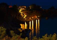Capture de nuit des escaliers menant à la mer Escalier allumé vers la mer la nuit de flanc de coteau, une baie de Crète, Grèce Photo stock