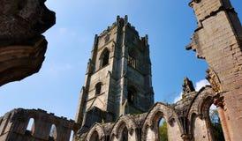 Capture de tour des ruines d'abbaye de fontaines l'angleterre images libres de droits