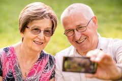 Capturing moments - senior couple Royalty Free Stock Photos