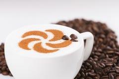 Capuccine met koffiebonen Royalty-vrije Stock Afbeelding