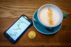 Capuccino en bitcoin gouden muntstuk op de lijst in koffie Royalty-vrije Stock Fotografie