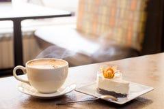 Capuccino przy kawiarnią Obrazy Stock