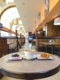 Capuccino przy kawiarnią Fotografia Royalty Free