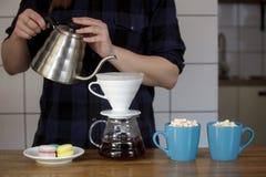 Capuchino del café del café de la mujer de las manos que hace que el té se apelmaza dando a desayuno de la rutina de la taza el a foto de archivo