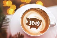 Capuchino del café en una taza con un modelo del símbolo del cerdo 2019 en espuma de la leche Foto de archivo