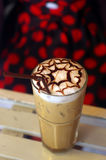 Capuchino helado con arte del latte imagen de archivo