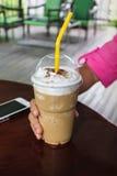 Capuchino kaffe tar in en väg den plast- koppen Royaltyfri Foto