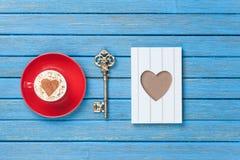 Capuchino, llave y marco de la foto Imagen de archivo libre de regalías