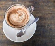 Capuchino ou café de latte dans une tasse avec la cuillère Photos stock