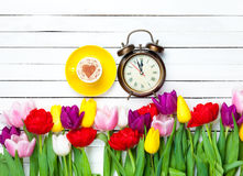 Capuchino y reloj cerca de las flores Fotos de archivo libres de regalías