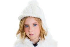 Capuchon blond heureux de blanc de laines de l'hiver de verticale de fille d'enfant d'enfant Image libre de droits