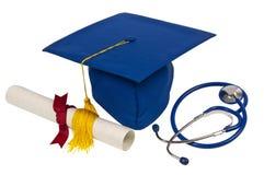 Capuchon de graduation avec le stéthoscope et le diplôme Photographie stock