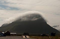 Capuchon de nuage dans Lofoten Photo stock