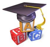Capuchon préscolaire de graduation avec des blocs de pièce Photos libres de droits
