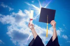 Capuchons de graduation projetés dans le ciel photographie stock