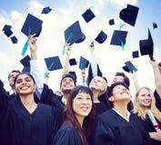 Capuchons de graduation projetés dans le ciel images libres de droits