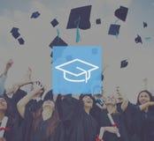 Capuchons de graduation projetés dans le ciel Image stock