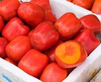Caqui, fruto tropical indicado no mercado de fruto de Vinh Long, delta de Mekong A maioria de frutos do ` s de Vietname vem do mu fotografia de stock royalty free