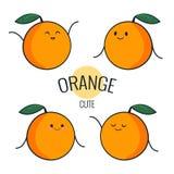 Carácter anaranjado de la historieta divertida con diversas emociones en la cara Etiquetas engomadas cómicas del emoticon fijadas Foto de archivo