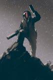 Carácter de la ciencia ficción en el traje futurista que sostiene dos armas Imagen de archivo libre de regalías