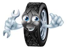 Carácter de la mascota del neumático con la llave inglesa Fotos de archivo libres de regalías