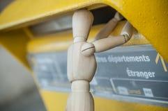 Carácter de madera cerca de la caja de letras en al aire libre - correo postal del concepto Imagen de archivo libre de regalías
