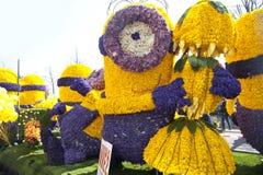 Carácter despreciable con las flores Imagen de archivo