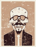 Carácter divertido del inconformista del cráneo con un bigote y una barba Cartel retro tipográfico de Halloween del grunge Ilustr Foto de archivo libre de regalías