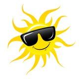 Carácter Sun en gafas de sol y sonrisa feliz Sun y vidrios aislados en blanco