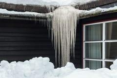 Carámbano congelado en el tejado en invierno Imagen de archivo