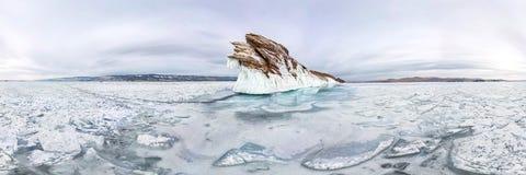 Carámbanos del hielo el invierno el lago Baikal de la isla de Ogoy Siberia, Rusia panorama cilíndrico 360 imagen de archivo